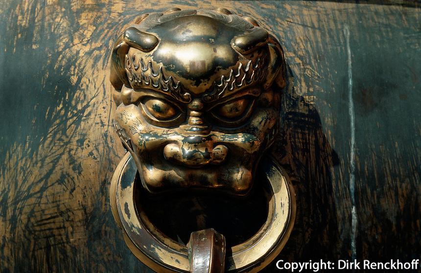 China, Kaiserpalast von Peking, Bronzegefäß vor Halle der höchsten Harmonie, Unesco-Weltkulturerbe
