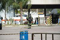 SAO PAULO, SP, 02.09.2013 - Policiais do Gate desarma uma bomba que foi usada durante um assalto na empresa de onibus na Av Torres de Oliveira 435 no bairro do Jaguaré regiao oeste de Sao Paulo, nesta segunda-feira, 02.  -Adriano Lima / Brazil Photo Press