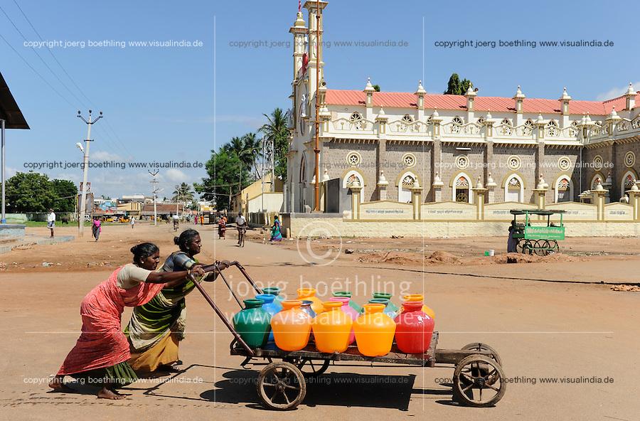 INDIA Tamil Nadu Dindigul, women fetch drinking water from pump / INDIEN Tamil Nadu, Dindigul , Wasserversorgung