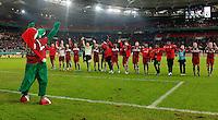 FUSSBALL   DFB POKAL   SAISON 2011/2012  ACHTELFINALE  21.12.2011 VfB Stuttgart - Hamburger SV Schlussjubel VfB Stuttgart Team und Maskottchen Fritzle (li) bedanken sich fuer die Unterstuetzung bei den Fans.