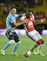 BOGOTÁ -COLOMBIA, 03-10-2015. Luis Quiñones (Der) jugador de Independiente Santa Fe disputa el balón con Juan Guillermo Dominguez (Izq) jugador de Atlético Junior durante partido por la fecha 15 de la Liga Aguila II 2015 jugado en el estadio Nemesio Camacho El Campín de la ciudad de Bogotá./ Luis Quiñones (R) player of Independiente Santa Fe fights for the ball with Juan Guillermo Dominguez (L) player of Atletico Junior during the match for the date 15 of the Aguila League II 2015 played at Nemesio Camacho El Campin stadium in Bogotá city. Photo: VizzorImage/ Gabriel Aponte / Staff