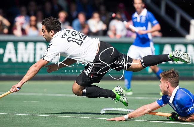 AMSTELVEEN - HOCKEY - Sander de Wijn (r) van Kampong met Valentin Verga (A'dam)   tijdens de beslissende halve finalewedstrijd van de Play offs tussen Amsterdam en Kampong . COPYRIGHT KOEN SUYK