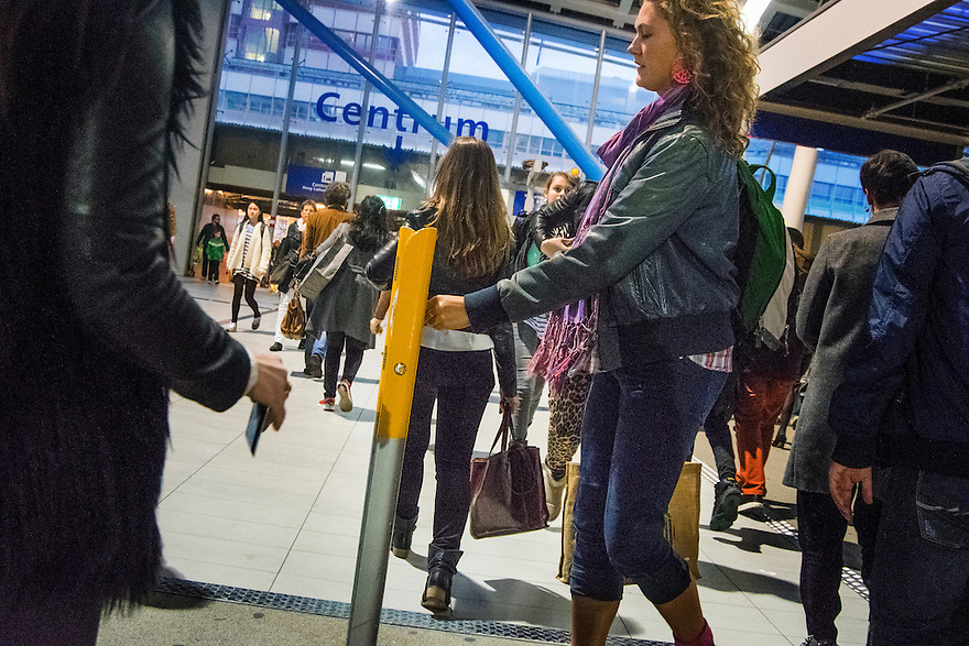 Nederland, Utrecht, 20 okt 2014<br /> Centraal Station Utrecht, passagiers checken in of uit met ov-pas<br /> Foto: (c) Michiel Wijnbergh