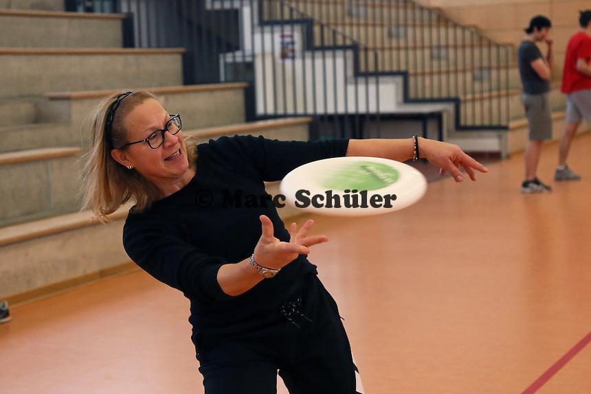 B&uuml;ttelborn 19.03.2016: Ultimate Frisbee Workshop, Kreissporthalle<br /> Micalea Griebel &uuml;bt die richtige Wurftechnik<br /> Foto: Vollformat/Marc Sch&uuml;ler, Sch&auml;fergasse 5, 65428 R&uuml;sselsheim, Fon 0151/11654988, Bankverbindung Kreissparkasse Gross Gerau BLZ. 50852553 , KTO. 16003352. Alle Honorare zzgl. 7% MwSt.