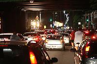 ATENÇÃO EDITOR: FOTO EMBARGADA PARA VEÍCULOS INTERNACIONAIS. - SÃO PAULO - SP - 25 DE DEZEMBRO 2012. AV PAULISTA,ficou lotada neste último dia da decoração de Natal. FOTO: MAURICIO CAMARGO / BRAZIL PHOTO PRESS.