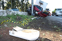 SAO PAULO, SP, 13/07/2012, ACIDENTE MARGINAL PINHEIROS.  Um caminhao bateu em um poste na Marg. Pinheiros sentido Rod. Castelo Branco proximo a Pca Silveira Santos, o motorista ficou ferido e foi socorrido aos hospital da regiao.  Luiz Guarnieri/ Brazil Photo Press.