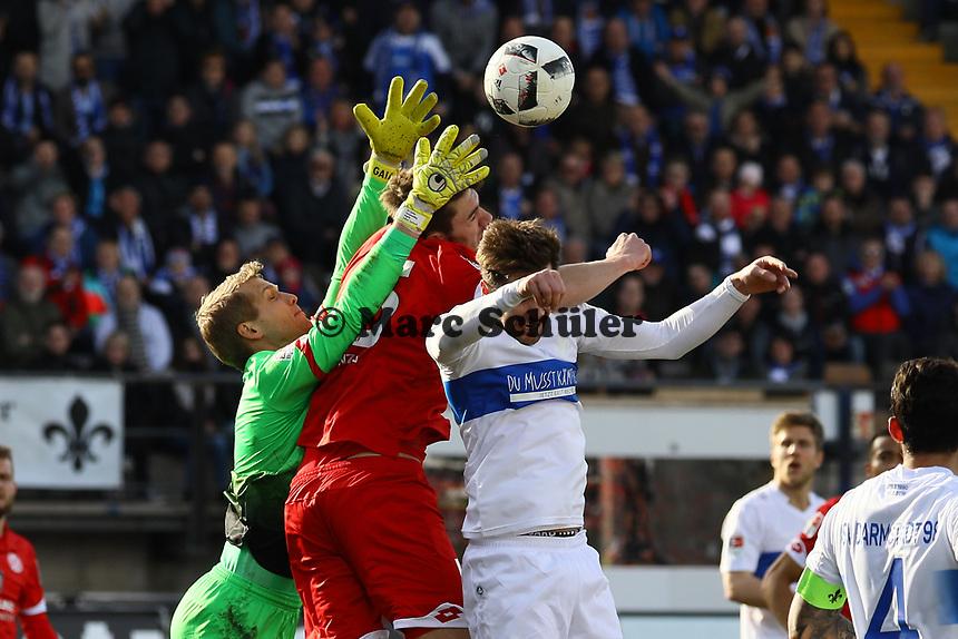 Torwart Jonas Loessl (1. FSV Mainz 05) gegen Jerome Gondorf (SV Darmstadt 98)- 11.03.2017: SV Darmstadt 98 vs. 1. FSV Mainz 05, Johnny Heimes Stadion am Boellenfalltor