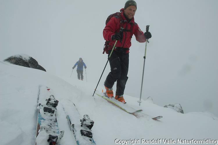 Topptur til Flasketind i Seiland nasjonalpark. ---- Skiers in Seiland National Park