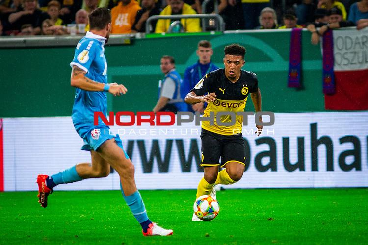 09.08.2019, Merkur Spiel-Arena, Düsseldorf, GER, DFB Pokal, 1. Hauptrunde, KFC Uerdingen vs Borussia Dortmund , DFB REGULATIONS PROHIBIT ANY USE OF PHOTOGRAPHS AS IMAGE SEQUENCES AND/OR QUASI-VIDEO<br /> <br /> im Bild   picture shows:<br /> Jadon Sancho (Borussia Dortmund #7) am Ball, <br /> <br /> Foto © nordphoto / Rauch