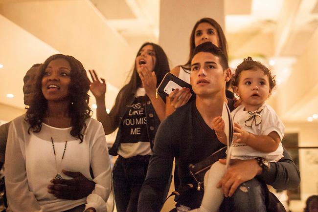 El volante de la Selecci&oacute;n Colombia James Rodriguez, su esposa Daniela, su hermana Juanita y su hija Salome y Jackson Martinez y su esposa Tatiana, ven el partido entre Costa Rica y Grecia,  durante el d&iacute;a de descanso despu&eacute;s del partido de octavos final en el hotel Sofitel,  en Guaruja el 29  de junio de 2014.<br /> <br /> Foto: Joaquin Sarmiento/Archivolatino<br /> <br /> COPYRIGHT: Archivolatino<br /> Solo para uso editorial. No esta permitida su venta o uso comercial.