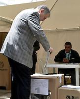 BOGOTÁ -COLOMBIA. 09-03-2014. Alejandro Ordoñez, Procurador General de la Nación, ejerce su derecho al voto durante las elecciones parlamentarias en Bogotá, Colombia, hoy 9 de marzo de 2014. Los colombianos elegirán por voto directo en las urnas 102 nuevos miembros del Senado de la República, 166 representantes a la Cámara de Representantes y 5 representantes al Parlamento Andino./ Alejandro Ordoñez, General Attorney of the Nation, exerts his right to vote in the parliamentary elections in Bogota, Colombia, today March 9, 2014. Colombians will elect by direct vote at the polls 102 new members of the Senate, 166 representatives to the House of Representatives and five representatives to the Andean Parliament. Photo: VizzorImage/ Gabriel Aponte / Staff