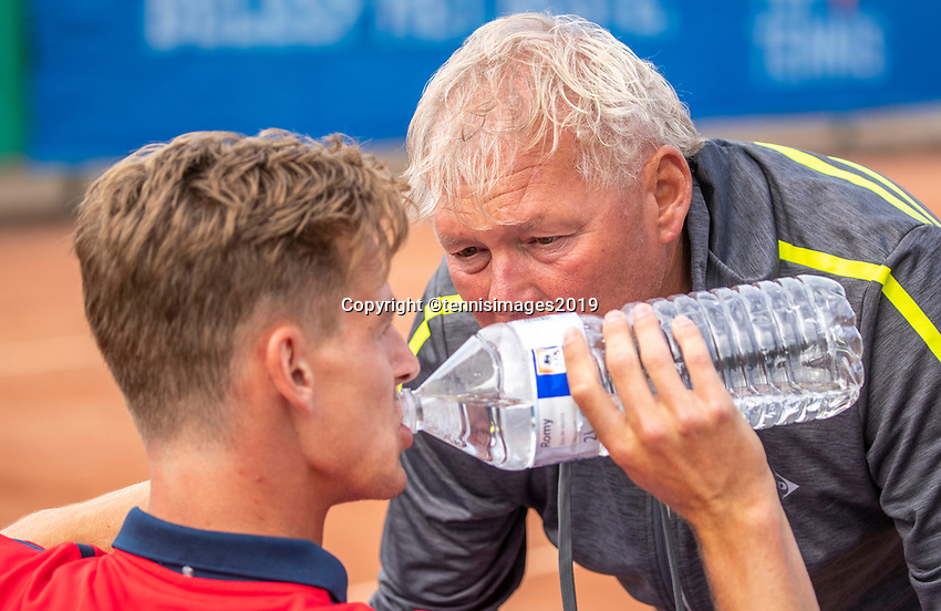 Zandvoort, Netherlands, 8 June, 2019, Tennis, Play-Offs Competition, Jeroen Vanneste on the bench with coach<br /> Photo: Henk Koster/tennisimages.com