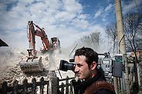 L'aquila, Abruzzo, Italia. 08.04.2009. Sivilforsvaret og Brannvesenet er i gang med å uskadeliggjøre de mest truende strukturene som står igjen etter skjelvet. Klokken 03:32 den 6 april 2009. Et jordskjelv som måler 6.3 ryster byen. 309 mennesker mister livet. Fem år senere sliter de som overlevde fortsatt med etterskjelvene, i form av en guffen cocktail av uærlige offentlige tjenestemenn, mafia og 494 millioner øremerkede euro på avveie. Fotografier til bruk i feature i DN lørdag 05.04.2014. Foto: Christopher Olssøn.