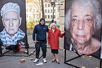 """Freiluftausstellung """"Gegen das Vergessen"""" in Berlin-Mitte.<br /> Mehr als 200 Ueberlebenden begegnete Fotograf und Filmemacher Luigi Toscano in den vergangenen zwei Jahren. Dafuer reiste er quer durch Deutschland, Russland, Ukraine, Israel und in die USA. Jetzt werden die Portraets von 50 Ueberlebenden erstmals in Berlin gezeigt. Vom vom 9. November zum 26.November 2017 ist das einmalige erinnerungspolitische Kunst- und Kulturprojekt """"Gegen das Vergessen"""" auf dem Gelaende der Sophienkirche zu sehen.<br /> Im Bild vlnr.: Der Fotograf und Filmemacher Luigi Toscano und die Berliner Ueberlebende Margot Friedlander.<br /> 7.11.2017, Berlin<br /> Copyright: Christian-Ditsch.de<br /> [Inhaltsveraendernde Manipulation des Fotos nur nach ausdruecklicher Genehmigung des Fotografen. Vereinbarungen ueber Abtretung von Persoenlichkeitsrechten/Model Release der abgebildeten Person/Personen liegen nicht vor. NO MODEL RELEASE! Nur fuer Redaktionelle Zwecke. Don't publish without copyright Christian-Ditsch.de, Veroeffentlichung nur mit Fotografennennung, sowie gegen Honorar, MwSt. und Beleg. Konto: I N G - D i B a, IBAN DE58500105175400192269, BIC INGDDEFFXXX, Kontakt: post@christian-ditsch.de<br /> Bei der Bearbeitung der Dateiinformationen darf die Urheberkennzeichnung in den EXIF- und  IPTC-Daten nicht entfernt werden, diese sind in digitalen Medien nach §95c UrhG rechtlich geschuetzt. Der Urhebervermerk wird gemaess §13 UrhG verlangt.]"""