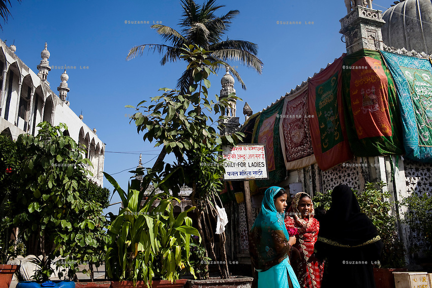Tourists and pilgrims visit the Haji Ali shrine / mosque in Mumbai, India. Photo by Suzanne Lee