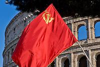 Roma 9 Maggio 2015<br /> La comunit&agrave; russa a Roma a celebrato il 70&deg; anniversario della  vittoria sulla Germania nazista nella guerra del 1941-1945,  al Colosseo. La bandiera rossa con la falce e il martello.<br /> Rome, May 9, 2015<br /> The Russian community in Rome to celebrate the 70th anniversary of victory over Nazi Germany in the war of 1941-1945, in front of the Colosseum. The red flag with the hammer and sickle