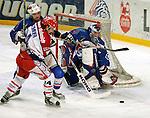 Eishockey Deutscher Eishockey-Pokal Arena Nuernberg (Germany) Halbfinale Nuernberg IceTigers - Adler Mannheim (1:5) rechts Torwart Dimitri Paetzold (Mannheim)rettet links Franz Fritzmeier (Icetiger) gegen einen Mannheimer