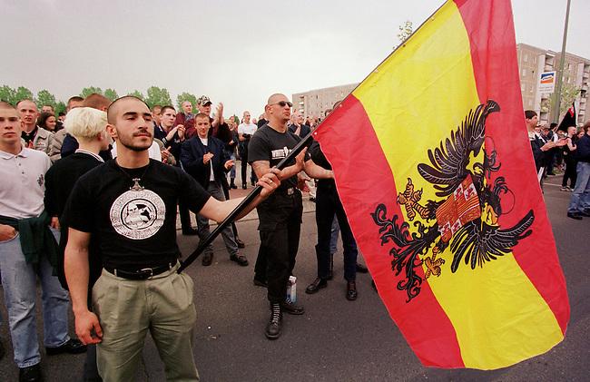 Mehr als tausend Rechtsextremisten von der NPD, sogenannten Freien Kameradschaften und Skinheads demonstrierten auf einer Kundgebung in Berlin-Hellersdorf unter dem Motto Arbeit zuerst fuer Deutsche. Eine Demonstration durch das Ostberliner Plattenbauviertel wurde von den Gerichten untersagt.<br /> Hier: Ein Skinhead mit spanischer Fahne.<br /> 1.5.2000, Berlin<br /> Copyright: Christian-Ditsch.de<br /> [Inhaltsveraendernde Manipulation des Fotos nur nach ausdruecklicher Genehmigung des Fotografen. Vereinbarungen ueber Abtretung von Persoenlichkeitsrechten/Model Release der abgebildeten Person/Personen liegen nicht vor. NO MODEL RELEASE! Nur fuer Redaktionelle Zwecke. Don't publish without copyright Christian-Ditsch.de, Veroeffentlichung nur mit Fotografennennung, sowie gegen Honorar, MwSt. und Beleg. Konto: I N G - D i B a, IBAN DE58500105175400192269, BIC INGDDEFFXXX, Kontakt: post@christian-ditsch.de<br /> Bei der Bearbeitung der Dateiinformationen darf die Urheberkennzeichnung in den EXIF- und  IPTC-Daten nicht entfernt werden, diese sind in digitalen Medien nach &sect;95c UrhG rechtlich gesch&uuml;tzt. Der Urhebervermerk wird gemaess &sect;13 UrhG verlangt.]