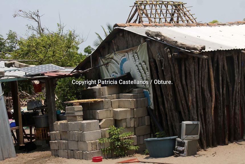 Cachimbo, San Francisco Ixhuat&aacute;n, Oaxaca. 11/05/2015.- A unos meses de que gracias a su inter&eacute;s por llevar luz a su pueblo y ayudar con ello a los habitantes a tener una mejor condici&oacute;n de vida, cuatro mujeres de Cachimbo, isla ubicada entre los limites de Oaxaca y Chiapas y la cual pertenece al municipio de San francisco Ixhuat&aacute;n, han logrado poco a poco expandir la tecnolog&iacute;a que aprendieran en Tilonia Rajasthan, India, a otras rancher&iacute;as de la comunidad, acci&oacute;n con la que se sientes m&aacute;s que satisfechas.<br /> <br />  <br /> <br /> Y es que ser&iacute;a hace dos a&ntilde;os cuando las &ldquo;Abuelas Solares&rdquo; como ahora son conocidas Norma Guerra Ramos, Rosa Elvia Hern&aacute;ndez, Olga Lilia Pimentel y Mar&iacute;a Aid&eacute; L&oacute;pez, fueron elegidas dentro de la poblaci&oacute;n de la isla Cachimbo como becarias para ser capacitadas con esta tecnolog&iacute;a en 2013 por parte del Barefoot College con sede en India, por lo que despu&eacute;s de 5 meses de ser instruidas regresaron a la localidad y hasta el momento han beneficiado con energ&iacute;a solar a 35 viviendas en la zona principal y 10 m&aacute;s en las rancher&iacute;as.<br /> <br />  <br /> <br /> En este contexto, la abuela solar Norma Guerra Ramos, narr&oacute; c&oacute;mo fue que Bunker Roy impulsor del proyecto, selecciono la comunidad y a las becarias para esta tarea; &ldquo;el proyecto consiste en electrificar la poblaci&oacute;n de Cachimbo, y lo hemos hecho bien, el se&ntilde;or Bunker Roy vino a Cachimbo, &eacute;l se dedica a electrificar pueblos marginados, y nos toc&oacute; la suerte de que &eacute;l estuviera aqu&iacute; en este pueblo, nos ofreci&oacute; poner luz aqu&iacute; en la comunidad, pero la condici&oacute;n era llevarse a unas se&ntilde;oras&rdquo;.<br /> <br />  <br /> <br /> Describi&oacute; que la &uacute;nica condici&oacute;n que impuso Bunker Roy era que fueran abuelas de 35 a 55 a&ntilde;os; &ldquo;pues no