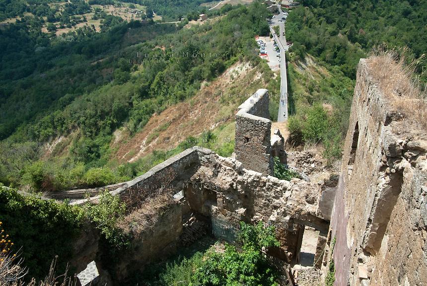 Civita di Bagnoregio. Gli edifici lesionati vicino alla Porta di S. Maria, resti della Contrada Ponte, crollata a causa dell'erosione.