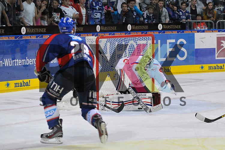 Mannheim 28.09.12, DEL, Adler Mannheim - Nuernberg Ice Tigers, Mannheims Frank Mauer (Nr.28) gegen Nuernbergs Tyler Weiman (Nr.30) <br /> <br /> Foto &copy; Ice-Hockey-Picture-24 *** Foto ist honorarpflichtig! *** Auf Anfrage in hoeherer Qualitaet/Aufloesung. Belegexemplar erbeten. Veroeffentlichung ausschliesslich fuer journalistisch-publizistische Zwecke. For editorial use only.