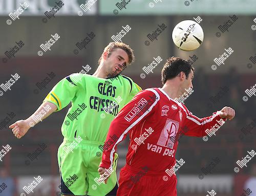 2008-09-28 / Voetbal / Lyra - Heusden-Zolder / Niels Bekkema met Steven Hilaerts van Lyra (r)..Foto: Maarten Straetemans (SMB)