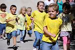 Uzes danse &agrave; l'&eacute;cole &agrave; partir du spectacle Postural : Etudes<br /> <br /> Conception : Fabrice ramalingom<br /> cadre : festival Uzes danse 2014<br /> Ville : Uzes<br /> Date : 13/06/2014