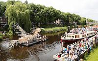 Nederland Den Bosch  2016 . De Bosch Parade op rivier de Dommel. De Bosch Parade is een evenement in 's-Hertogenbosch. De optocht bestaat uit varende kunstwerken. Alle werken zijn geïnspireerd op de kunst van Jheronimus Bosch. Vaartuig  Performance voor Vrijheid.   Foto  Berlinda van Dam / Hollandse Hoogte