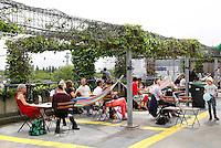 Nederland Rotterdam 2016 . De Rotterdamse Dakendagen. Mensen kunnen verschillende daken bezoeken. Tango dansen en een terras op het dak van parking Westblaak. Foto Berlinda van Dam / Hollandse Hoogte