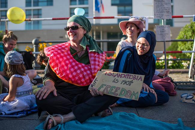 Protest gegen das Burkini-Verbot in Frankreich.<br /> Muslimische und nicht-muslimische Frauen protestierten am Donnerstag den 25. August 2016 in Berlin mit einer &quot;Beach-Party gegen Rassismus&quot; vor der Franzoesischen Botschaft gegen das Verbot der muslimischen Badebekleidung &quot;Burkini&quot;.<br /> In Frankreich war wenige Tage zuvor eine muslimische Frau am Strand von Polizeibeamten unter dem Applaus von umstehenden Badegaesten gezwungen worden ihre Strandbekleidung auszuziehen.<br /> Rechts im Bild: Larissa aus aus Berlin hat sich fuer diesen Protest einen Original Burkini angezogen.<br /> 25.8.2016, Berlin<br /> Copyright: Christian-Ditsch.de<br /> [Inhaltsveraendernde Manipulation des Fotos nur nach ausdruecklicher Genehmigung des Fotografen. Vereinbarungen ueber Abtretung von Persoenlichkeitsrechten/Model Release der abgebildeten Person/Personen liegen nicht vor. NO MODEL RELEASE! Nur fuer Redaktionelle Zwecke. Don't publish without copyright Christian-Ditsch.de, Veroeffentlichung nur mit Fotografennennung, sowie gegen Honorar, MwSt. und Beleg. Konto: I N G - D i B a, IBAN DE58500105175400192269, BIC INGDDEFFXXX, Kontakt: post@christian-ditsch.de<br /> Bei der Bearbeitung der Dateiinformationen darf die Urheberkennzeichnung in den EXIF- und  IPTC-Daten nicht entfernt werden, diese sind in digitalen Medien nach &sect;95c UrhG rechtlich geschuetzt. Der Urhebervermerk wird gemaess &sect;13 UrhG verlangt.]