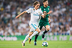 Luka Modric of Real Madrid (L) fights for the ball with Francisco Javier Garcia Fernandez, Javi Garcia, of Real Betis (R) during the La Liga 2017-18 match between Real Madrid and Real Betis at Estadio Santiago Bernabeu on 20 September 2017 in Madrid, Spain. Photo by Diego Gonzalez / Power Sport Images