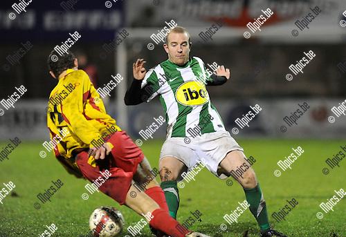 2011-12-17 / Voetbal / seizoen 2011-2012 / Racing Mechelen - Bornem / Koen Stabel (L, Bornem) met Van Dorpe..Foto: Mpics.be