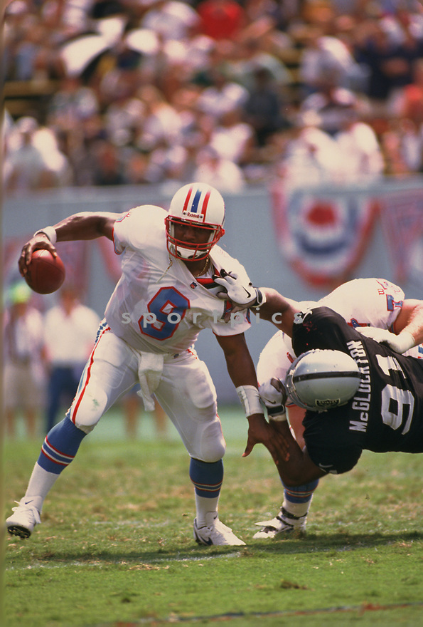 Tennesse Oilers Steve McNair (9) during a game from his 1997 season with the Tennesse Oilers. Steve McNair played for 13 years, with 2 different teams and was a 3-time Pro Bowler.(SportPics)
