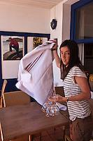 Europe/France/Aquitaine/64/Pyrénées-Atlantiques/Pays-Basque/Socoa: Restaurant: Pantxoa au port - Pantxoa - Oilhana Hou dresse la salle<br /> <br /> <br />  [Non destiné à un usage publicitaire - Not intended for an advertising use]