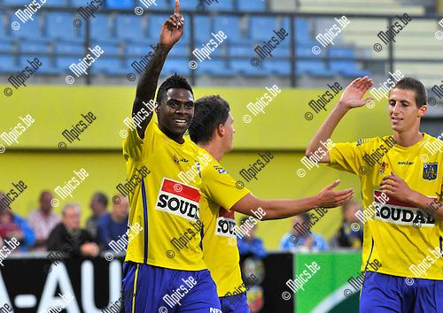 2013-08-31 / voetbal / seizoen 2013-2014 / Westerlo - Vise / Jaime Alfonso Ruiz (l) heeft zojuist de 1-0 voor Westerlo binnengekopt en wordt gefeliciteerd door Jarno Molenberghs (m) en Jens Cools (r) (beiden Westerlo)