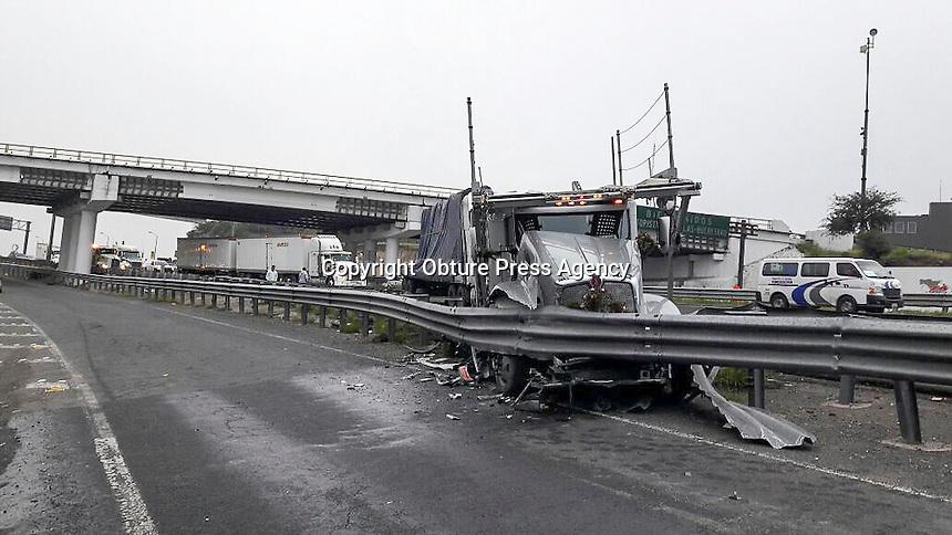 Quer&eacute;taro, Qro. 9 de agosto de 2016.- Chocan trailers en la carretera 57 en direcci&oacute;n Celaya a la altura de la Fiscal&iacute;a General, el accidente fue ocasionado por la reducci&oacute;n de carriles en la obra de reencarpetado y el primer trailer no alcanz&oacute; a detenerse o cambiar de carril.<br /> <br /> <br /> Foto: Obture.