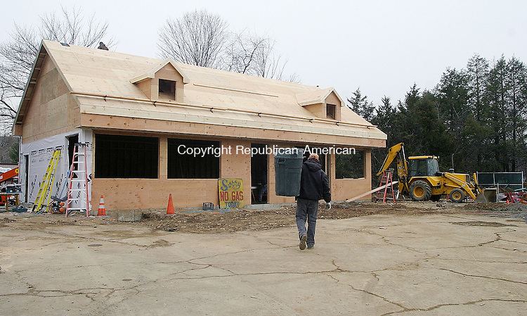 WOODBURY, CT -07 DECEMBER 2007 -1205707DA001- Jay Morse of Borghesi Building &amp; Engineering Co., Inc. in Torrington build a new Mobil filling station on Route 6 in Woodbury Friday.<br /> Darlene Douty/Republican-American
