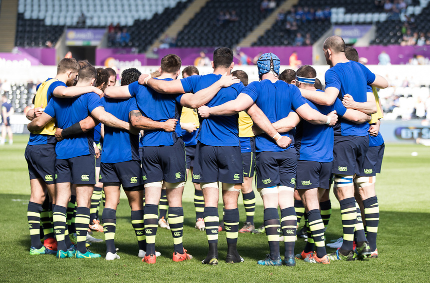 Leinster team huddle during the pre match warm up<br /> <br /> Photographer Simon King/CameraSport<br /> <br /> Guinness PRO12 Round 19 - Ospreys v Leinster Rugby - Saturday 8th April 2017 - Liberty Stadium - Swansea<br /> <br /> World Copyright &copy; 2017 CameraSport. All rights reserved. 43 Linden Ave. Countesthorpe. Leicester. England. LE8 5PG - Tel: +44 (0) 116 277 4147 - admin@camerasport.com - www.camerasport.com