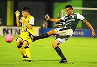 BARRANCABERMEJA - COLOMBIA, 21-10-2018: Jorge Suarez (Izq) jugador de Alianza Petrolera disputa el balón con Christian Rivera (Der) de Deportivo Cali durante encuentro fecha 16 de la Liga Águila II 2018 disputado en el estadio Daniel Villa Zapata de la ciudad de Barrancabermeja. / Jorge Suarez (L) player of Alianza Petrolera fights for the ball with Christian Rivera (R) player of Deportivo Cali during match for the date 16 of the Aguila League II 2018 played at Daniel Villa Zapata stadium in Barrancebermeja city. Photo: VizzorImage / Jose Martinez / Cont