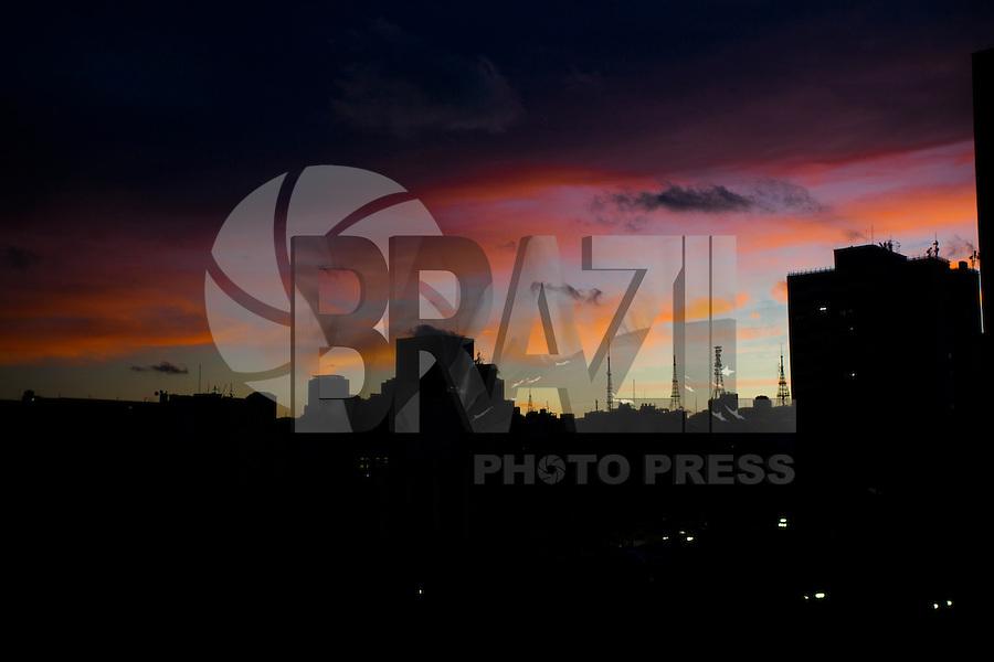 SAO PAULO,SP, 21 DE MARCO DE 2013 - CLIMA TEMPO - Ceu visto do bairro da Liberdade regiao central da cidade de Sao Paulo na tarde desta quinta-feira,  FOTO: RICARDO LOU.