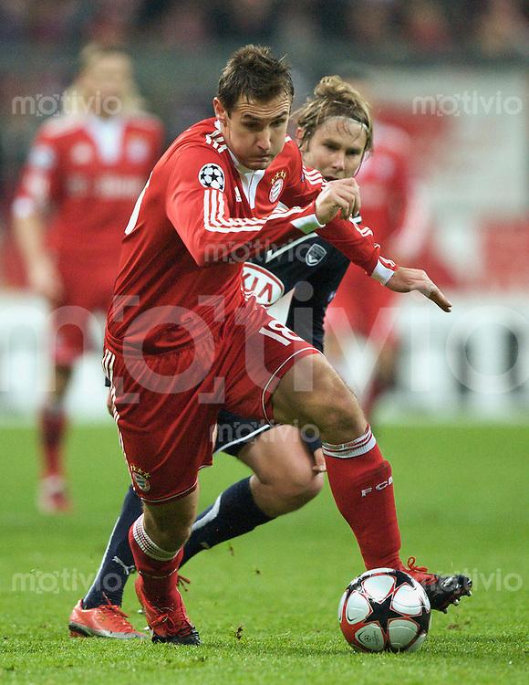 Fussball Uefa Champions League FC Bayern Muenchen - FC Girondins Bordeaux Miroslav KLOSE (FCB, l) gegen Jaroslav PLASIL (Bordeaux).
