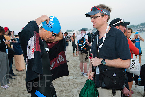 13 MAR 2010 - ABU DHABI, UAE - Julie Dibens prepares for the start of the Abu Dhabi International Triathlon watched by husband Mike (PHOTO (C) NIGEL FARROW)