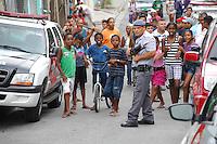 CARAPICUIBA, SP - 31.01.2012 - ASSALTO A BANCO ITAU CARAPICUIBA - Criancas se divertem no bloqueio policial na Rua Alfredo Ribeiro. Um assaltante foi morto e quatro foram presos apos tentativa de assalto em uma agencia do banco Itau, em Carapicuiba, na Grande Sao Paulo, nesta terca-feira (31), em Carapicuiba na Grande SP. Segundo a Delegacia Seccional da cidade, os criminosos entraram armados no banco, que fica na avenida Inocencio Serafico, por volta das 16h. A Polícia Militar foi acionada e a avenida bloqueada por viaturas. Houve troca de tiros. (Foto: Renato Silvestre/NewsFree)