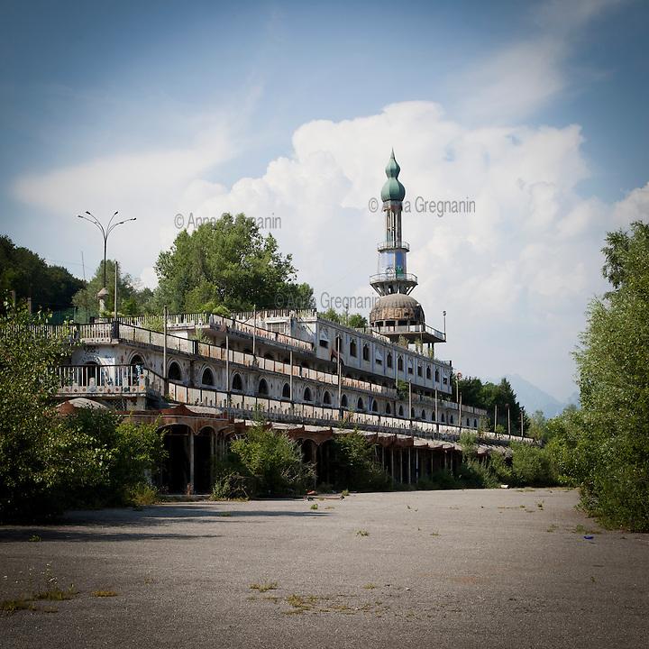 Lecco, Comune di Olginate: Consonno da borgo a città dei balocchi in abbandono. Veduta del minareto e della Galleria dei negozi.