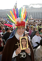 Una suora attende l'inizio della cerimonia di canonizzazione di Kateri Tekakwitha, insieme ad altri sei nuovi santi, in Piazza San Pietro, Citta' del Vaticano, 21 ottobre 2012..A nun holds a portrait of Kateri Tekakwitha, in St. Peter square, prior to take part in a canonization ceremony at the Vatican, 21 October 2012. Kateri Tekakwitha, a 17th-century Mohawk Indian who spent most of her life in what is now upstate New York, was declared a saint along with six others in a ceremony attended by the Pope..UPDATE IMAGES PRESS/Riccardo De Luca.NO USA SALES