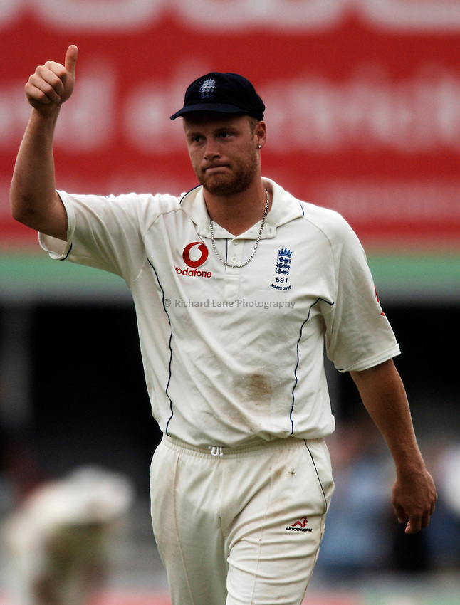 Photo: Glyn Thomas..England v Australia. nPower Test Series. The Ashes 2005..11/09/2005..England's Andrew Flintoff acknowledges the applause of the crowd.