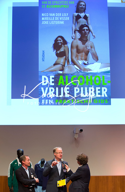 UTRECHT - Nico van der Lely (r)  en Floor Lotteman, met boek De Alcohol vrije puber.Hockeycongres bij de Rabobank in Utrecht. FOTO KOEN SUYK