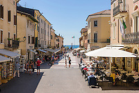 Italy, Veneto, Lake Garda, Bardolino: strolling, eating out and shopping at Piazza Giacomo Matteotti | Italien, Venetien, Gardasee, Bardolino: Flanieren, Essen und Einkaufen auf der Piazza Giacomo Matteotti