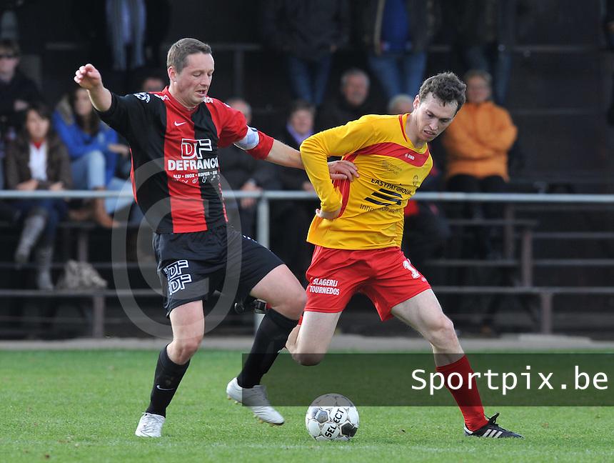Winkel Sport - OMS Ingelmunster  : Vincent Bostoen aan de bal voor Michiel Vandemaele.foto VDB / BART VANDENBROUCKE