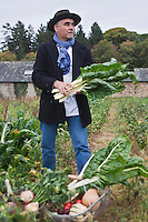 Europe/France/Bretagne/56/Morbihan/La Gacilly: Gilles Le Gallès Chef du Restaurant: La Grée des Landes, Eco-Hôtel Spa Yves Rocher  choisit ses légumes biologiques chez Stéphane Le Mée, agriculteur bio, La Ferme du Plessis à Bain-sur-Oust - Cueillette des bettes [Non destiné à un usage publicitaire - Not intended for an advertising use]